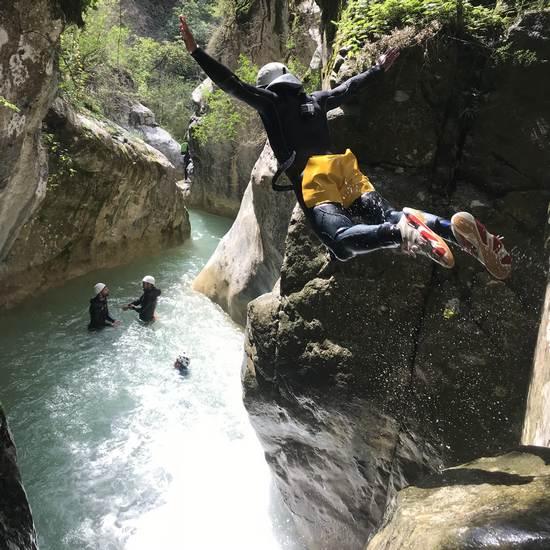 Saut dans le canyon de la Maglia